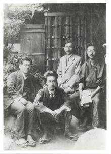 En el centro, sentado en el suelo, Ryūnosuke Akutagawa