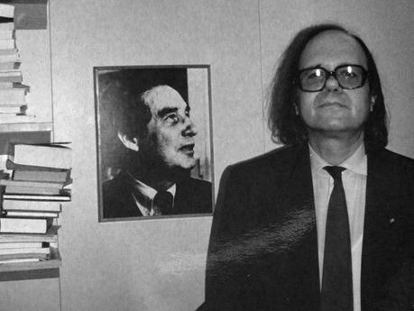 Pere Gimferrer al lado de una fotografía de Octavio Paz