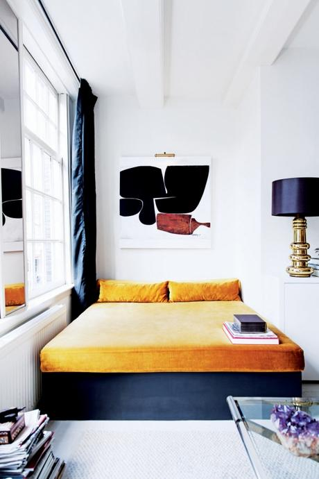 Espacios abiertos, una cama de día y una chimenea de espejo