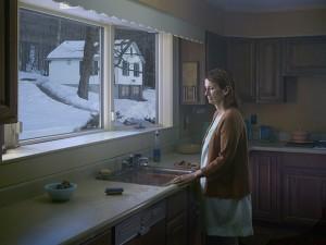 mujer en el fregadero
