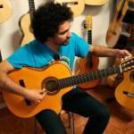 Probando una guitarra especial para tocar sentado