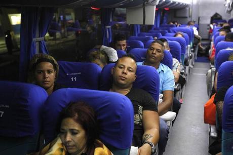 Migrantes cubanos llegan a Guatemala tras recorrer El Salvador
