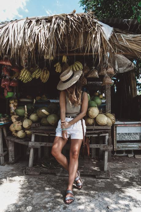 Jamaica-Collage_On_The_Road-Straw_Hat-Golden_Top-White_Shorts-Maje_Sandals-Fruits_Stands-Outfit-Summer_Look-Street_Style-5