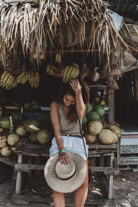 Jamaica-Collage_On_The_Road-Straw_Hat-Golden_Top-White_Shorts-Maje_Sandals-Fruits_Stands-Outfit-Summer_Look-Street_Style-8