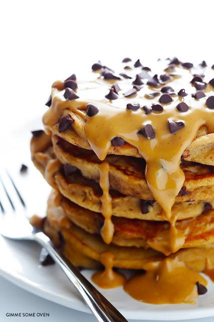Pancakes de mermelada de cacahuete con pepitas de chocolate.  Whole peanut butter chocolate chip pancakes
