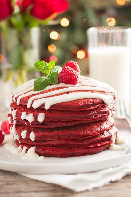 Pancakes de red velvet y queso cremoso.  Red velvet and cream cheese pancakes