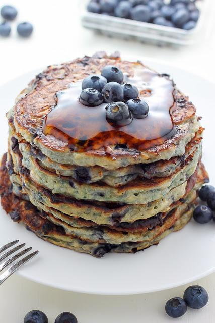 Pancakes de arándanos con queso cottage.  Blueberry cottage cheese pancakes