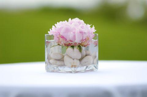 Los centro de mesa pueden ser tan sencillos como una rosa en un