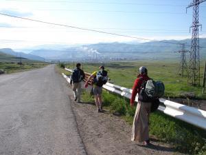 Caminando por Armenia, antes de que nos acercaran en coche a nuestro destino