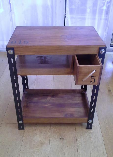 mesa industrial con cajas de vino