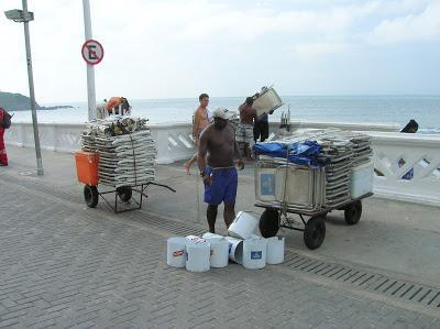 Alquiler tumbonas, Playa Faro do Barra, Salvador de Bahía, Brasil, La vuelta al mundo de Asun y Ricardo, round the world, mundoporlibre.com
