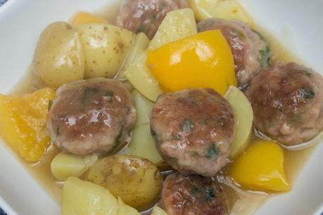 Albóndigas de pollo con melocotón y patatas en salsa de pepsi de lima y cava