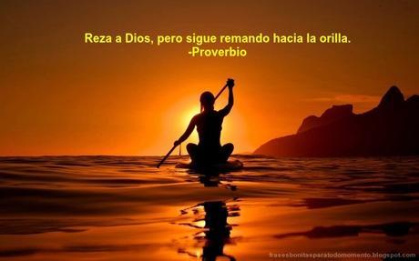 Reza a Dios, pero sigue remando hacia la orilla.