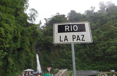 El río La Paz y su catarata a su paso por la carretera