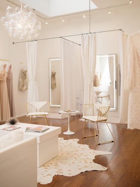 La novia debe empezar a buscar su vestido de novia - Foto: www.mydomaine.com