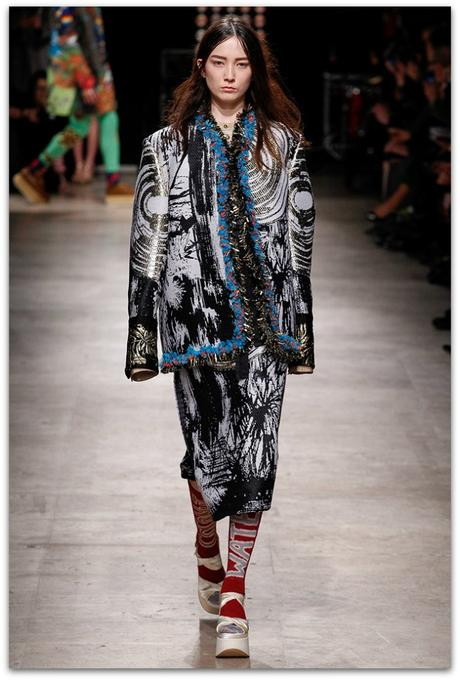 http://www.vogue.es/desfiles/otono-invierno-2016-2017-paris-fashion-week-vivienne-westwood/12359/galeria/21140/image/1105716