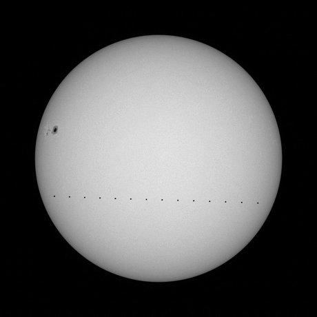 Imagen simulando el tránsito de Mercurio. Cada punto representa una diferencia de 30 minutos en posición. Crédito: Solar Dynamics Observatory