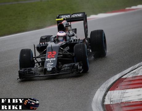 McLaren vuelve a caer en la Q2, Alonso estalla en frustración