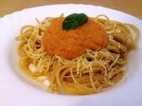 Pasta integral al toque de queso francés con salsa romesco