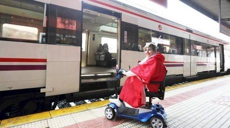 El acceso a los trenes de Renfe es a través de unas escaleras que imposibilitan a María Luisa Goikoetxea subir y bajar de los vagones con su scooter.