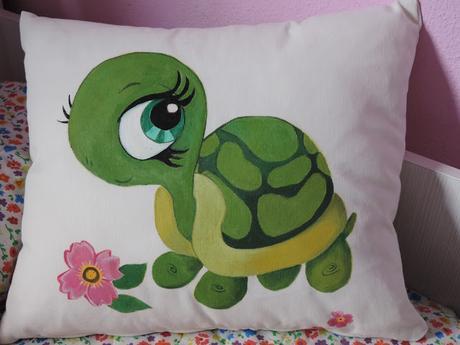 Cojin de tortuga pintado en tela paperblog - Como pintar sobre tela ...