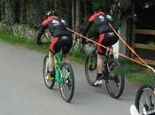 primera parapléjico bicicleta adaptada adentra circuitos montaña ayudado ciclistas tiran