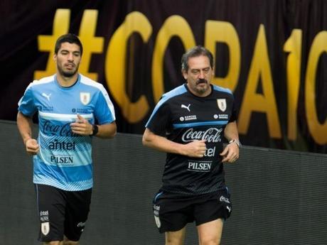 Suárez esta con su selección y entrena al margen del grupo