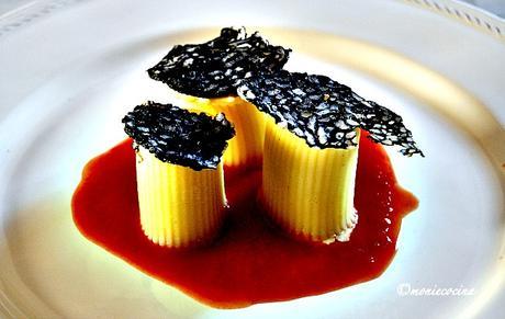 Pasta rellena de crema de gambas y crujiente de arroz negro
