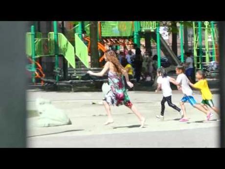 Selena Gomez como niña se lanza al agua en NY