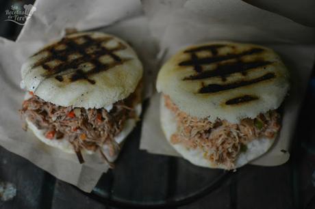 Arepas rellenas con carne mechada y con pollo 03