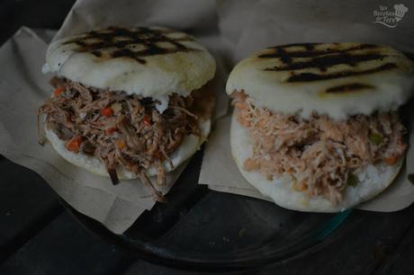 Arepas rellenas con carne mechada y con pollo 05