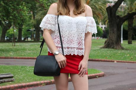 Outfit con los hombros al aire y minifalda