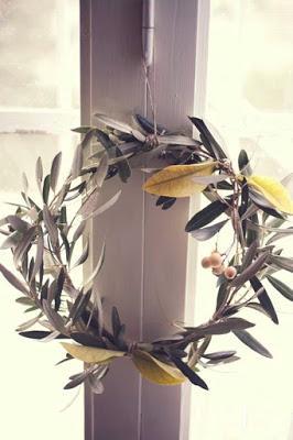 La corona de flores que da la bienvenida