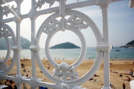 Celebrando un siglo de vida se encuentra la barandilla de San Sebastián