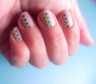Dos manicuras: Inspiración nude + topos color.