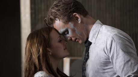 Elisabeth Moss y Tom Hiddleston en 'High-Rise'