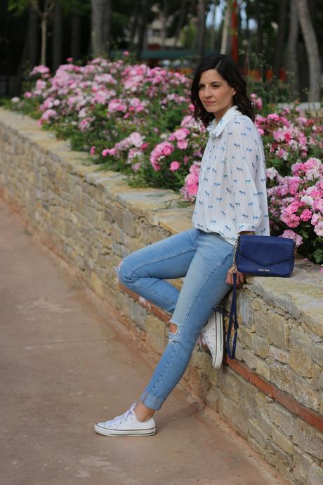 Look casual con zapatillas converse y blusa estampada