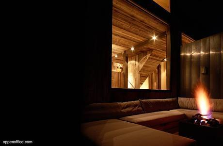 Casa de montaña rústica de piedra, acero y madera.