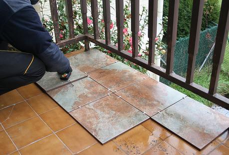 Antes y despu s de nuestra terraza c mo embaldosar un for Suelos para exteriores sin obras
