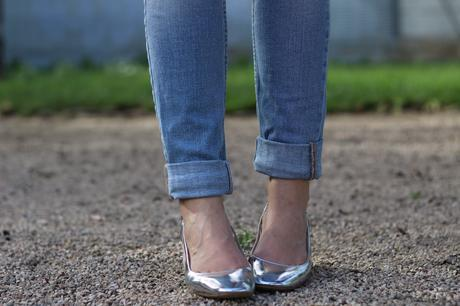 fashion blogger con zapatos plateados zara