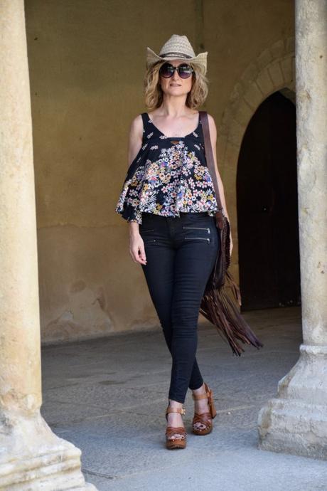 fringed-crop-top-heels-blonde-hyppie-outfit