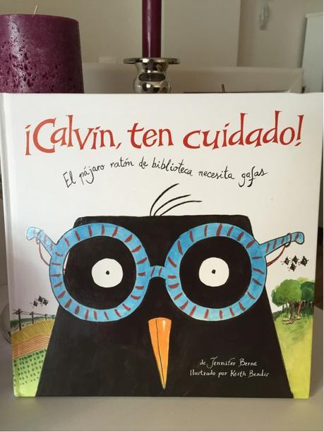 ¡Calvin, ten cuidado! El pájaro ratón de biblioteca que necesita gafas