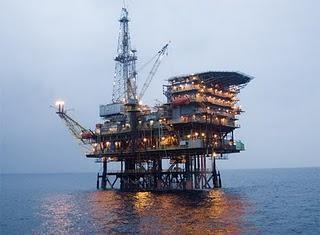 Petróleo en la Costa del Sol. Unos pocos comen tortilla rompiendo los huevos de muchos otros.