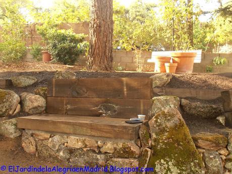 Rocalla con bancos de piedra y traviesas de madera en el - Bancos de piedra para jardin ...