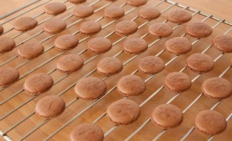 Hornear y dejar enfriar las tapas de los macarons de chocolate