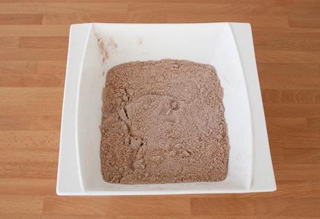 Agregar el cacao el polvo para hacer la masa de los macarons de chocolate