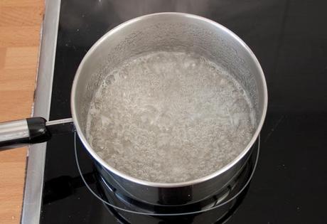Hacer el almíbar con el agua y el azúcar