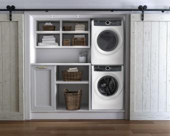 en un hueco del pasillo se han empotrado lavadora y secadora con bastante espacio adicional para