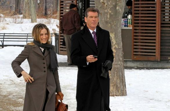 Pierce Brosnan y Sarah Jessica Parker en I Don't Know How She Does It