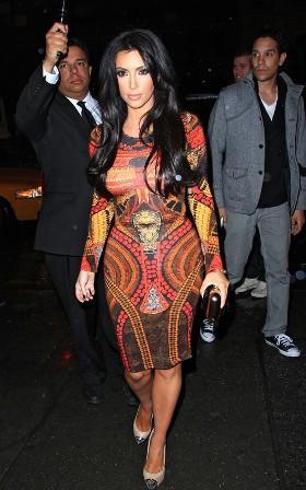 Este es el famoso anuncio de Kim Kardasian  emitido durante la Super Bowl. Kim Kardashian's Skechers Super Bowl